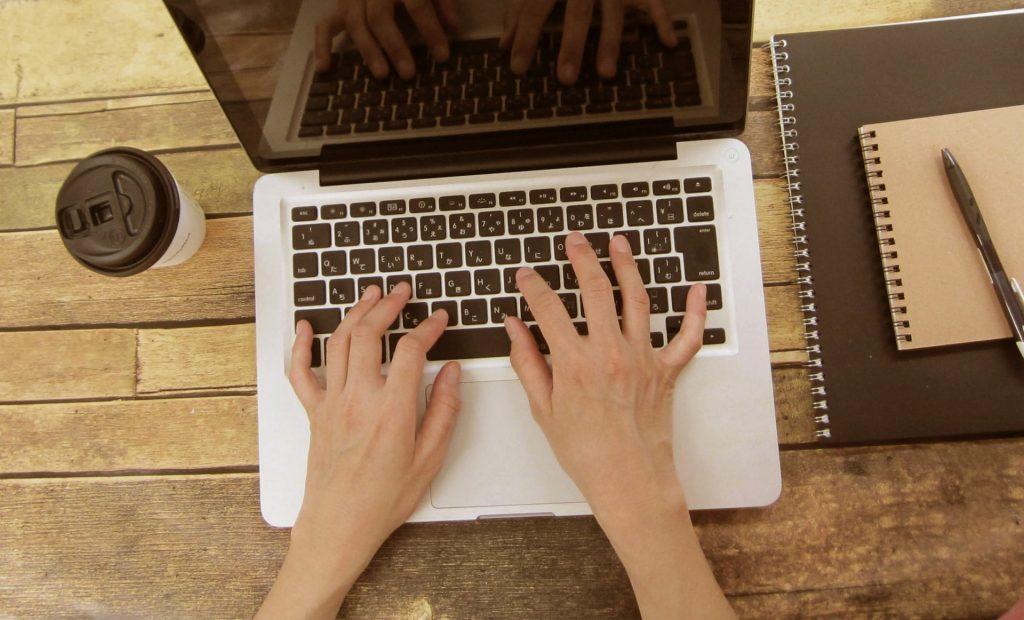 パソコンをいじっている人
