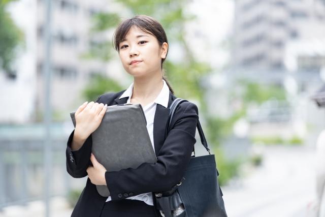 資産運用を考えている女性