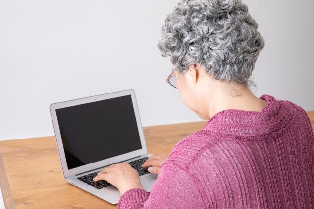 パソコンで投資する女性