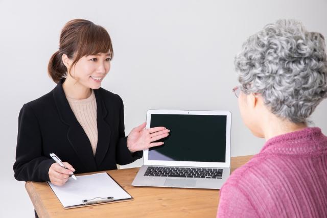 投資方法をプレゼンする女性