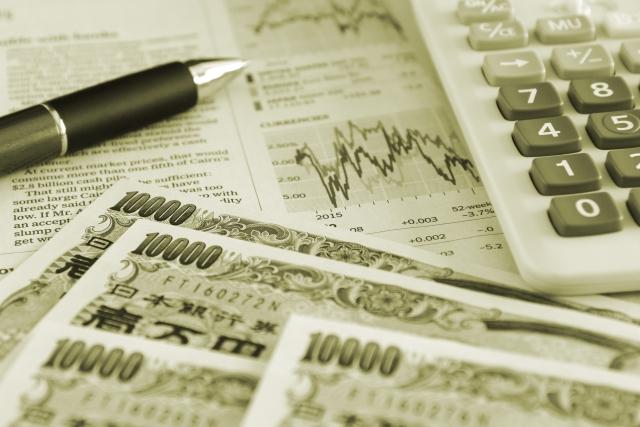 チャートと電卓、お金