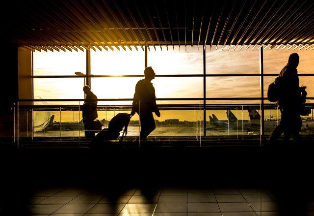 海外出張へ出かける投資家