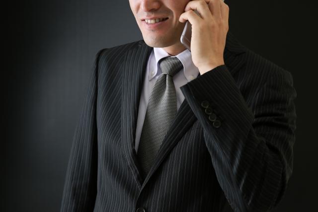 電話で勧誘する詐欺師