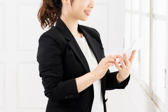 スマートフォンを利用する女性